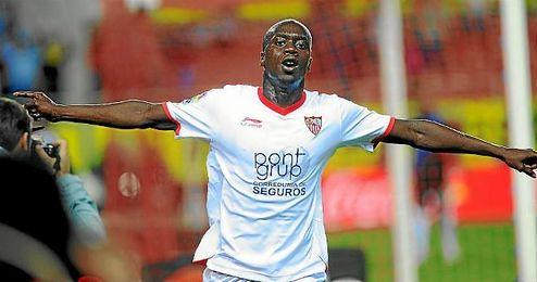 Bab� celebra un gol con la camiseta del Sevilla.