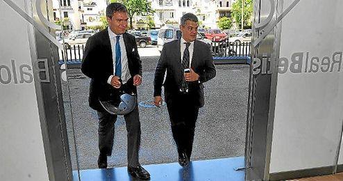 Imagen de archivo de Camilo Puerto, a su entrada con Cayetano García de la Borbolla en el Benito Villamarín.