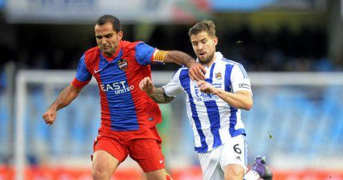En la imagen, Verza disputando un balón con Martínez.