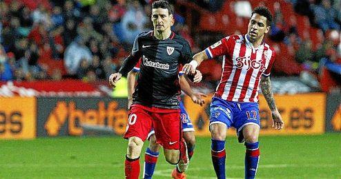 Aduriz acabó tocado el partido contra el Sporting de Gijón.
