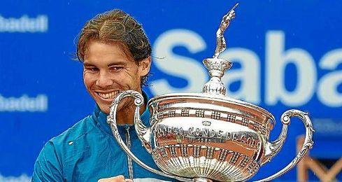 Rafa Nadal con el Trofeo Godó el año pasado.
