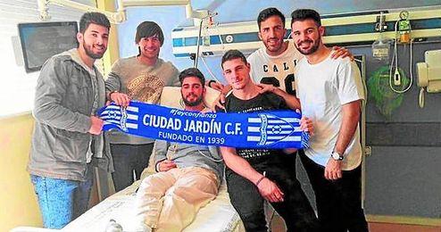 Edu, tercero por la izquierda, posa con varios jugadores del Ciudad Jard�n en la habitaci�n que ocupa en el hospital Virgen del Roc�o.