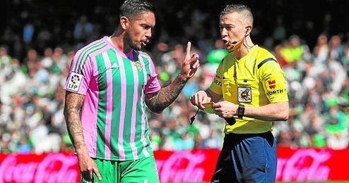 Vargas muestra su disconformidad al ser amonestado por Iglesias Villanueva durante el Betis-Granada.