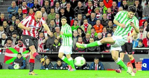 Sobre estas líneas, Mikel Rico golpea el balón ante Didac en el Athletic-Betis de la 13/14.