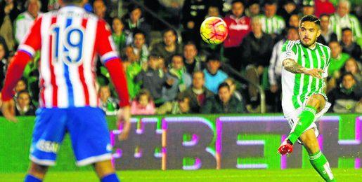 Imagen de un lanzamiento de falta de Vargas, ante el Sporting.