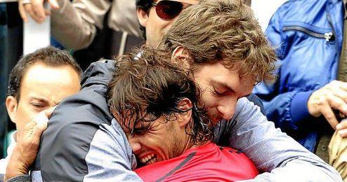 En la imagen, Pau Gasol celebrando junto a Nadal un triunfo del mallorqu�n.