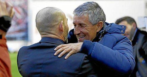En la imagen, Quique Setién saludando a Paco Jémez.
