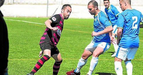 Jorge Bayón, con el balón controlado, es presionado por Jorge Vázquez, con David Llano atento.