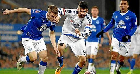Diego Costa pugna por un bal�n en el partido ante el Everton.