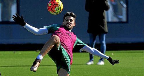El utrerano Dani Ceballos remata con una filigrana un bal�n durante una sesi�n de entrenamientos.