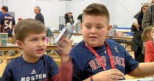 Brady y Landon mientras venden los cromos.