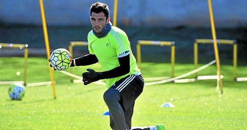 Adán, durante un entrenamiento del Betis.