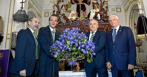 Los representantes del Real Betis, junto a la junta de gobierno de la Misi�n, delante del paso.