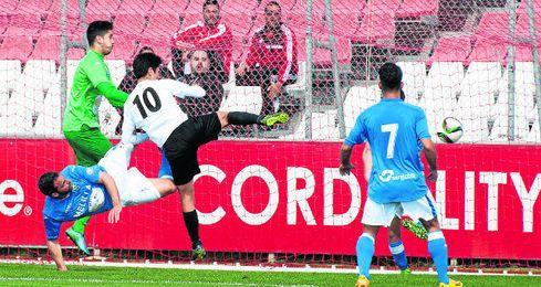 Borja Lasso hace el primer gol del choque.