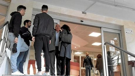 El presidente del Alhaurín y varios compañeros esperan noticias en la puerta del hospital.