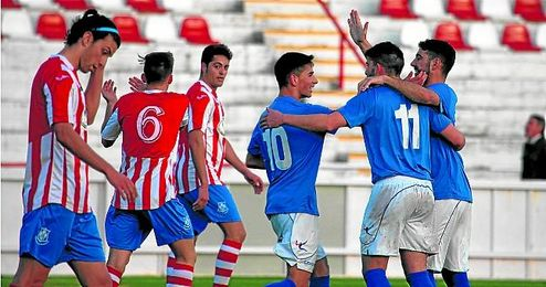 Los jugadores del San Jos� celebran uno de los cinco goles conseguidos ante el Montalbe�o.