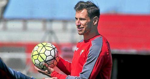 Krychowiak, en un entrenamiento con el Sevilla.