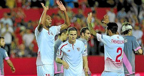 N�Zonzi celebra un triunfo del Sevilla con sus compa�eros.