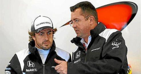 Boullier conversa con Alonso en el ´box´ de McLaren-Honda.