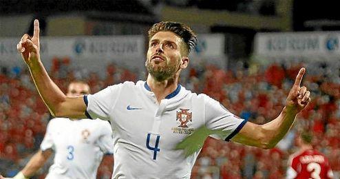 Veloso celebra un gol con la elástica de Portugal.