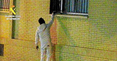 Los agentes observaron que la compraventa se realizaba a través de la ventana del piso o de la puerta principal.