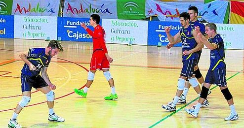 Chema Castellano (con el dorsal 14) se muestra dispuesto a continuar en el Juvasa, donde admite sentirse muy cómodo.
