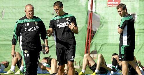 Juanito charla junto al otrora técnico bético Pepe Mel.