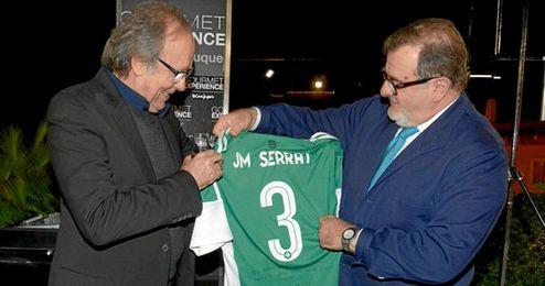 José Rodríguez de la Borbolla entrega la camiseta a Serrat.