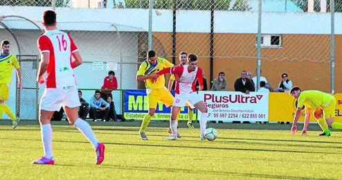 En la imagen, un lance del Antoniano-Nervión (6-3) disputado en la primera vuelta del campeonato en el Municipal de Lebrija.