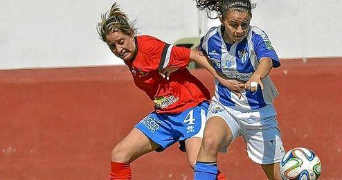 Paulita, con la elástica del Sporting Club de Huelva, pugna con una rival