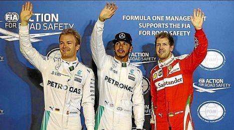 Rosberg, Hamilton y Vettel saludan tras la calificación.