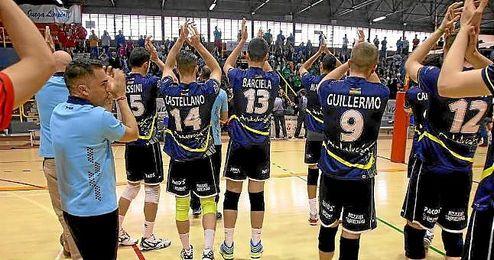 Los jugadores del Voley Juvasa saludan a su afición tras el partido.