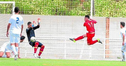 El jugador del Diablos Rojos, Miguel Barquero, marcando en el duelo jugado ante el Torreblanca.