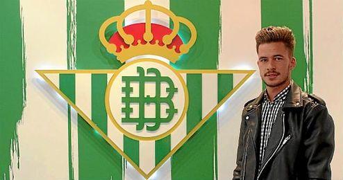 José Carlos posa tras su renovación con el Betis.