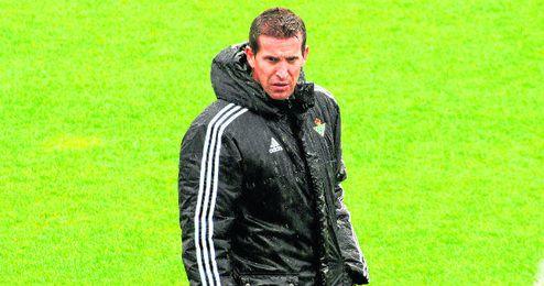 El t�cnico del Betis, Juan Merino, aguanta el chaparr�n tras tres derrotas consecutivas en Liga.