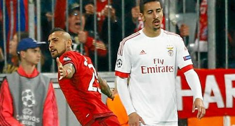 Arturo Vidal celebra un tanto que acerca al Bayern a semifinales.