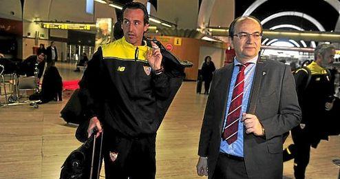 Jos� Castro, junto a Emery en un desplazamiento del equipo.