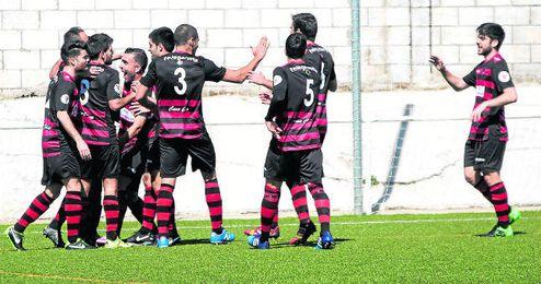 El Gerena celebra el gol de Jorge Bayón logrado ante el Alcalá (1-1), el único empate de los cinco partidos dirigidos por Román.