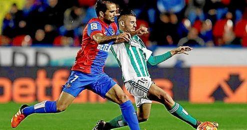 El jugador del Levante Verza pelea un bal�n con Cejudo, del Betis, durante un partido el pasado mes de noviembre.