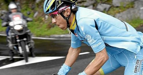 El corredor del Astana Diego Rosa pasa escapado por Eibar.