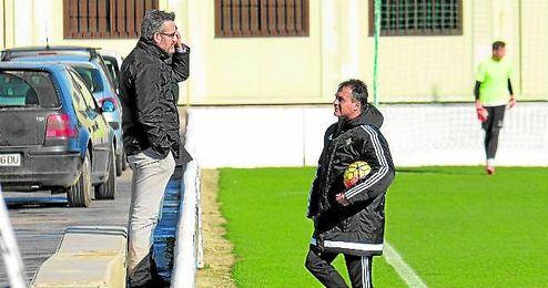 Eduardo Maci� observa una sesi�n del Betis en presencia de su antecesor, Alexis.