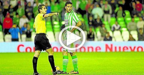 Molina, en el punto de penalti, justo en la jugada más significativa del último Betis-Levante, el de la 13/14, que acabó 0-0.