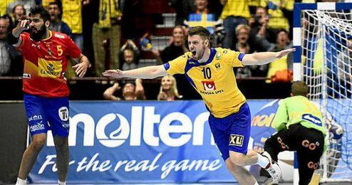 Un jugador sueco celebra un gol ante la presencia de Maqueda.
