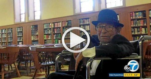 Un hombre de 96 años se gradúa en la universidad tras 70 años de carrera