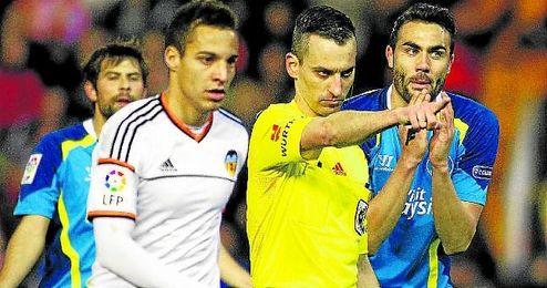 Iborra le protesta a Jaime Latre el penalti decretado el pasado curso contra el Sevilla, que aprovechó Parejo para abrir la lata.