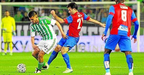 Dani Ceballos, protegiendo el balón ante un rival.