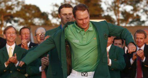 Spieth cede la chaquetilla verde a Danny Willett.