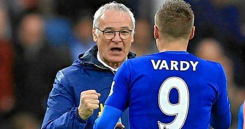 Claudio Ranieri dialoga con su estrella Vardy