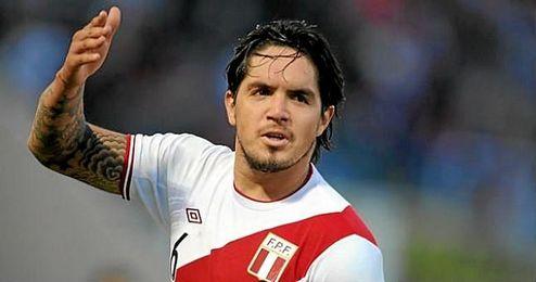 Claudio Pizarro ha tenido que salir en defensa del lateral zurdo del Betis.