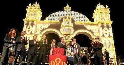 Momento en el que se ilumina la portada de la Feria de Abril de Sevilla 2016.